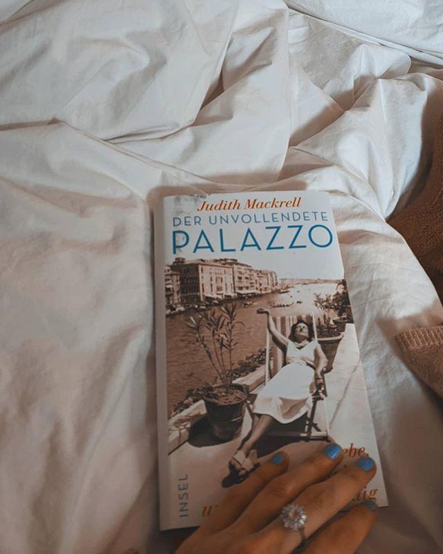 Das ist mal ein ganz anderes Buch auf meinem Nachttisch als sonst, eines, das Sachbuch und Biographie und vergnügliche Prosa zugleich ist,  ein unterhaltsamer, lehrreicher Mischmasch, ein Werk, das uns in eine in vielerlei Hinsicht ferne Welt und Zeit entführt, in eine Gesellschaft, die schillert und  Kunst atmet, nach Venedig, in die Gefühls- und Lebenswelt von Peggy Guggenheim, Luisa Casati und Doris Castlerosse, die allesamt im Palazzo am Canal Grande lebten und liebten und offenbar ebenso wundersam wie faszinierend waren.  Meine Lieblingsbuchhändlerin  empfahl es mir, woraufhin ich es gleich mehrmals kaufte, für meine Tante etwa, die ich beim Lesen in Gedanken mehrmals neben mir sitzen hatte, glucksend und staunend und knurrend, ob dieser eigensinnigen Frauen, die manchmal kaum wahr sein können, es aber dennoch waren, ja sind. Ich würde sagen: Urlaubslektüre. Falls diese Kategorie zählt. Sonst eben: Badewanne. #öftermalwasneues