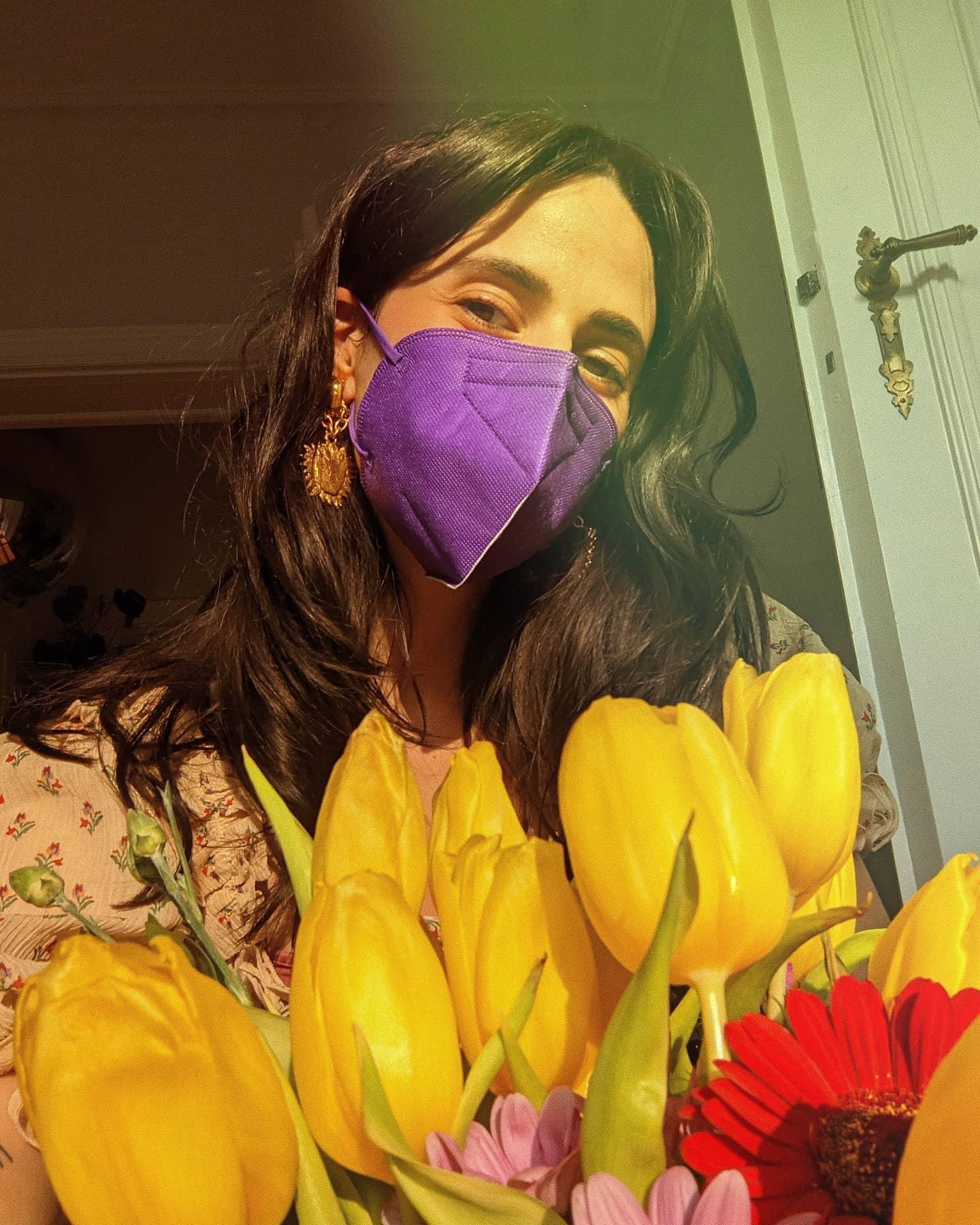Unbezalte Werbung • FFP2 Masken gibt es viele, aber keine sind so schön wie diese hier von @oui.jetzt und das im doppelten Sinne: Jede neue Farbe (es sind acht an der Zahl) hat eine Patin zugeteilt bekommen, denn 1 € pro verkaufter Maske geht an eine von der jeweiligen Patin ausgesuchte Organisation. Mein Anteil, also alles, was dank Fliederlila in die Spendenkasse gespült wird, soll @stimmrechtgegenunrecht zugute kommen. Danke für euch.   Stimmrecht Gegen Unrecht ist ein feministisches Kollektiv, das sich für die Selbstbestimmungsrechte von FLINTA*-Personen, das bedeutet von Frauen, Lesben, inter, non-binary und trans* und agender Menschen, einsetzt. Zu den Schwerpunktthemen gehören dabei die Entstigmatisierung und Entkriminalisierung von Abtreibungen sowie der Kampf gegen digitale Gewalt an FLINTA* Personen. Gerade in Bezug auf das Thema Schwangerschaftsabbrüche setzt sich das Kollektiv für eine Abschaffung der §218 und §219a StGB ein und möchte zu einer besseren Informationslage rund um das Thema ungewollte Schwangerschaften gerade auch bei jüngeren Menschen beitragen. Gleichzeitig möchte das Kollektiv auch weiterhin auf digitale Gewalt aufmerksam machen und durch Fortführung von Arbeiten wie der #toxicmalenet-Kampagne gegen digitale Gewalt an FLINT*-Personen, gesellschaftliche Missstände anprangern und Anreize schaffen, sich mit diesen auseinanderzusetzen. In Form von regelmäßigen Aktionsgruppen stellt SGU außerdem Interessierten die Infrastruktur und Ressourcen zur Verfügung, den ersten Einstieg in den feministischen Aktivismus zu wagen, und durch eigene kleine Projekte feministischen Aktivismus voranzutreiben. Denn im Vordergrund der Arbeit von SGU steht dabei immer Hürden zu politischen Themen abzubauen und Menschen zu ermutigen, ihre Stimme gegen Unrecht zu nutzen.  #prochoice #abortionincrisis