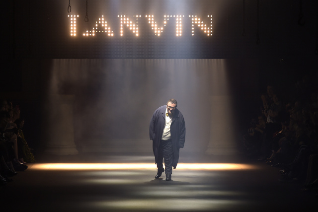 Alber Elbaz taking a bow at the Lanvin RTW Spring 2016 show.